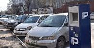 Парковка на улице Шопокова в Бишкеке. Архивное фото