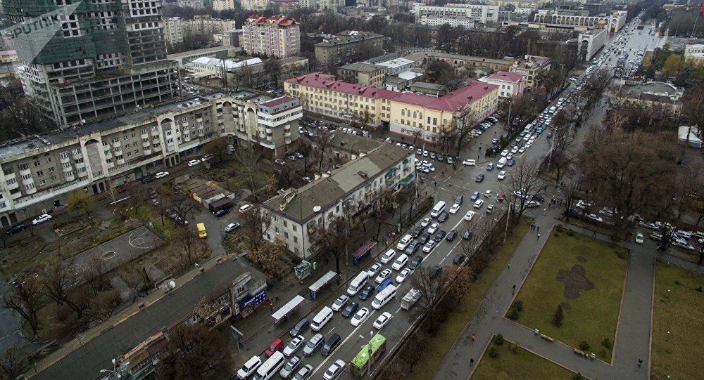Бишкек шаары жаан-чачында. Архивдик сүрөт