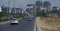Автомобили едут по улице Аалы Токомбаева в Бишкеке. Архивное фото