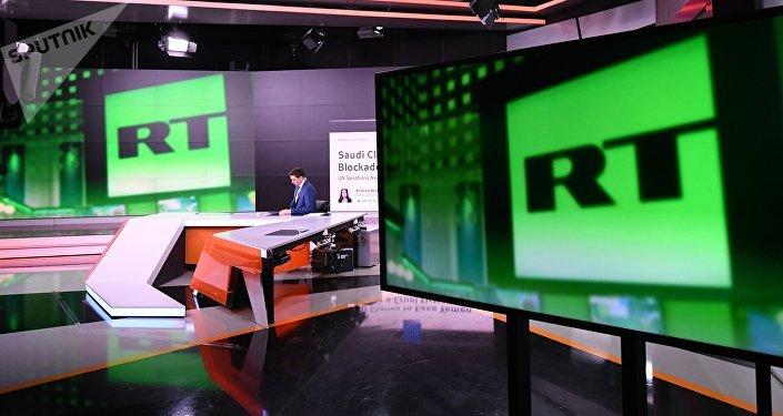 Ведущий в студии телеканала Russia Today в Москве. Архивное фото