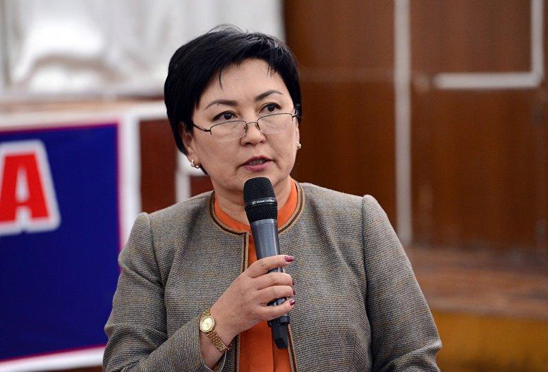 Министр образования и науки Кыргызстана Гульмира Кудайбердиева в городе Исфана во время встречи с жителями Лейлекского района