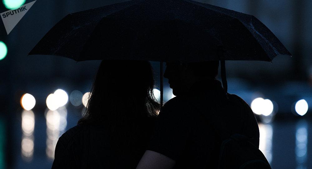 Пара под зонтом во время дождя. Архивное фото