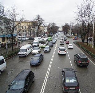 Автомобильный затор на проспекте Чуй в центре Бишкека после дождя. Архивное фото