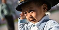 Ребенок в фуражке. Архивное фото