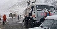 Сотрудники МЧС КР на месте схода лавины в ущелье Чычкан на автодороге Бишкек — Ош