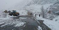 Очистка трассы от лавины на автодороге Бишкек — Ош. Архивное фото