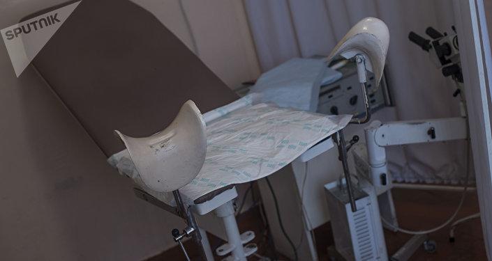 Кресло для пациентов в кабинете гинеколога. Архивное фото