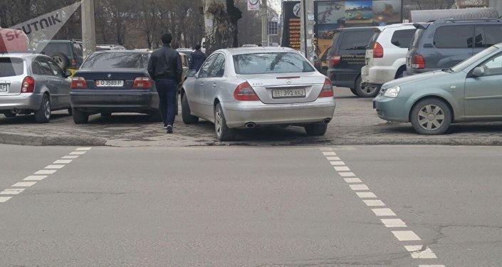 Машина припаркованная на пешеходном переходе по улице Киевской и Ибраимова. Архивное фото