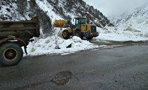 Сотрудники МЧС КР очищают дорогу от снега на месте схода лавины в ущелье Чычкан на автодороге Бишкек — Ош