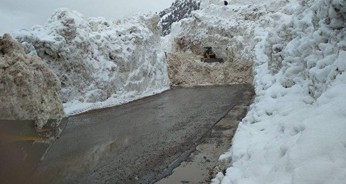 Сход лавины в ущелье Чычкан на автодороге Бишкек — Ош