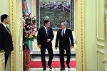Президент Кыргызстана Сооронбай Жээнбеков во время встречи с главой Республики Казахстан Нурсултаном Назарбаевым. Архивное фото