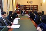 Премьер-министр КР Сапар Исаков на встрече с директором Восточного альянса за безопасный и устойчивый транспорт (EASST) Эммой Макленнан