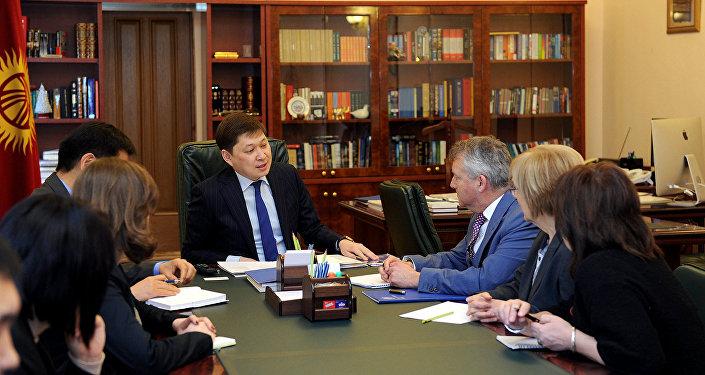 Премьер-министр Сапар Исаков Коопсуз жана туруктуу транспортунун Чыгыш альянсы уюмунун директору Эмма Мак Леннан менен жолугуп, анда Кыргызстандагы жол коопсуздугун жогорулатуу талкууланды