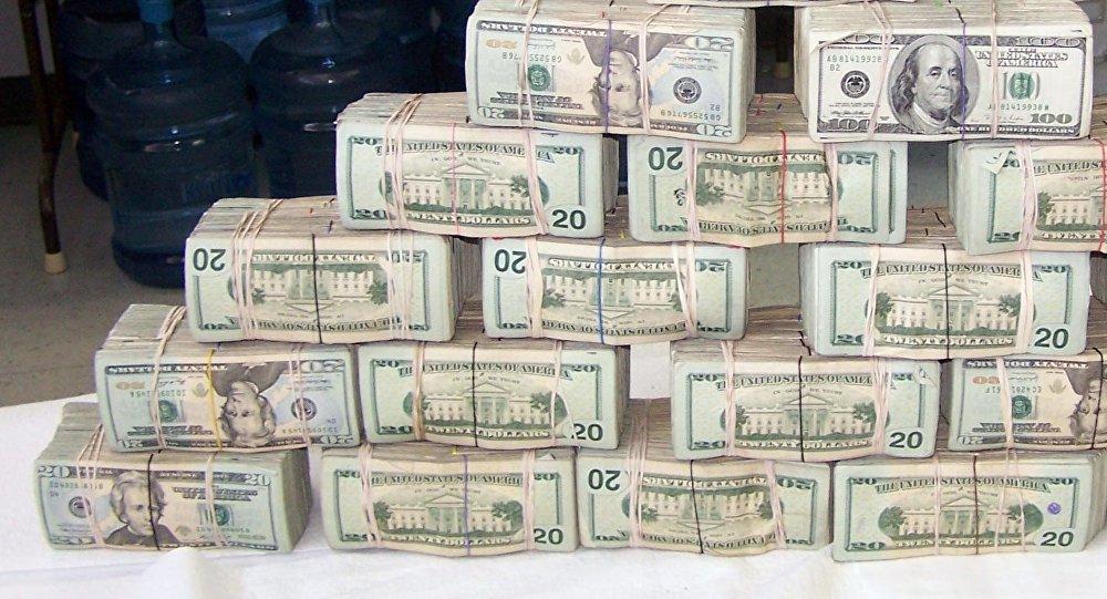 Тысячи долларов высыпались из фургона вСША
