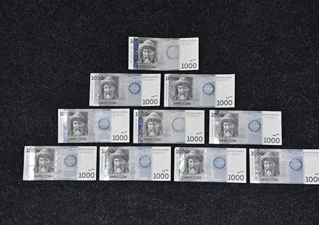 1000-сомовые купюры на полу. Архивное фото