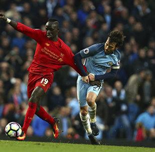 Футболист Ливерпуля Садио Мане и Манчестер Сити Давид Сильва (справа) во время футбольного матча английской премьер-лиги. Архивное фото