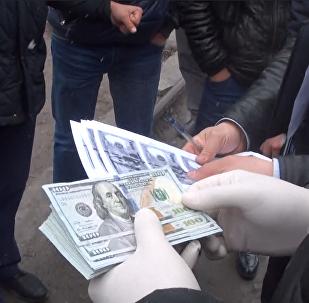 Видео задержания сотрудника ГСБЭП со взяткой в 5 тысяч долларов