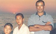 Экс-президент НОК КР, экс-депутат Жогорку Кенеша Баяман Эркинбаев с сыновьями. Архивное фото