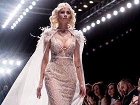 Москвада (Россия) өткөн Mercedes-Benz Fashion Week Russia мода жумалыгында модель Speranza Couture брендинин кийимин көрсөтүүдө