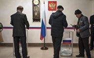 Избиратели в посольстве России в КР во время голосования на президентских выборах