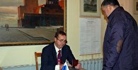 Российские избиратели во время голосования на выборах РФ на избирательном участке в Оше