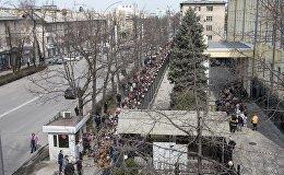 Фотофакт: огромная очередь у посольства России в КР — люди пришли голосовать