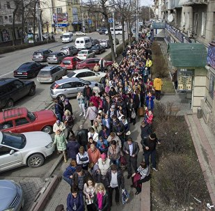 Огромная очередь на выборы президента РФ в Бишкеке — видео с дрона