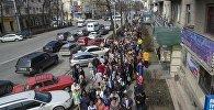 Бишкекте РФ президентин шайлайм деп келгендер 300-400 метрлик кезекке турушту