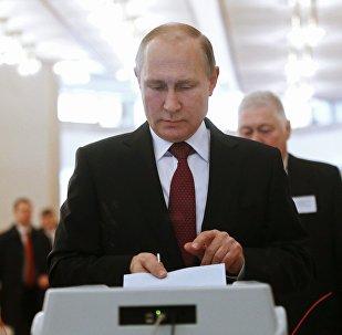 Россиянын президенти Владимир Путин добуш берүү учурунда
