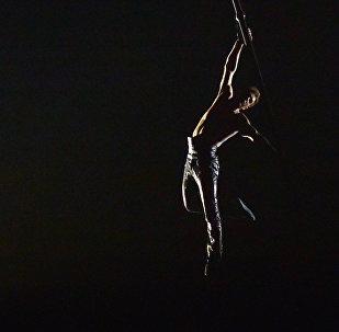 Cirque du Soleil акробаты. Архивдик сүрөт