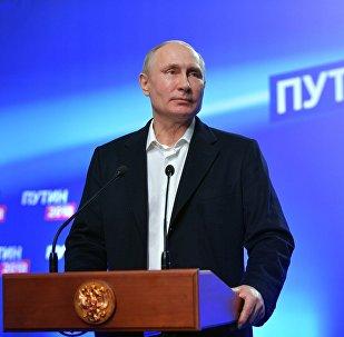 Кандидат в президенты РФ, действующий президент РФ Владимир Путин отвечает на вопросы журналистов во время посещения своего предвыборного штаба.