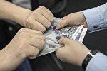 Мужчина пытается отобрать деньги у женщины. Архивное фото
