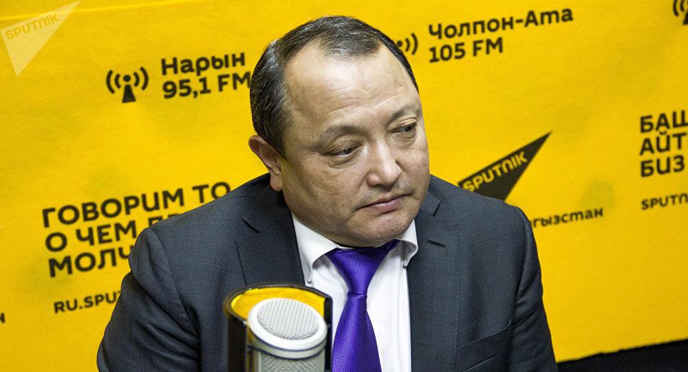 Ортопед Сабырбек Жумабеков Sputnik Кыргызстан радиосунда маек учурунда