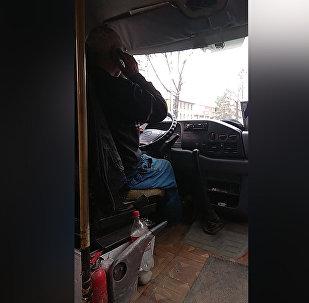 Водители бишкекских маршруток разговаривают по телефону во время езды — видео