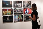 Посетитель на выставке работ финалистов Международного конкурса фотожурналистики имени Андрея Стенина
