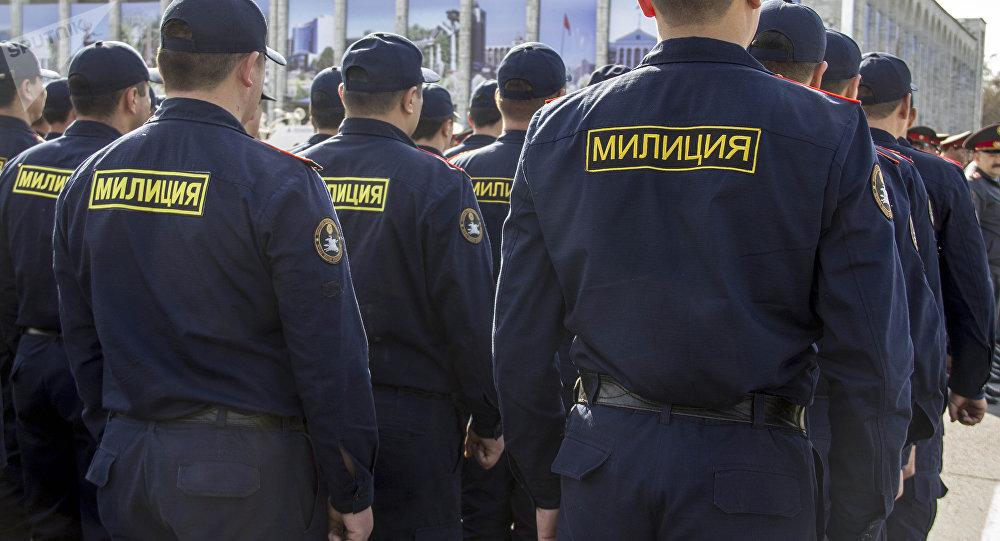 Сотрудники столичного мобильного батальона во время гарнизонного развода-инструктажа на центральной площади Ала-Тоо