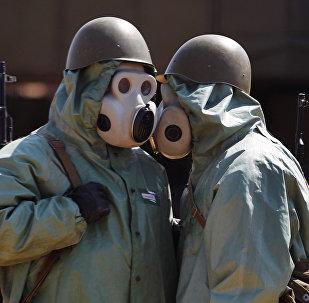 Военнослужащие на боевом посту, одетые в средства химической защиты. Архивное фото