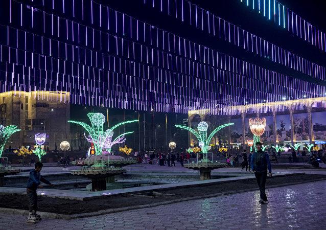 Празднично украшены арки здания Илбирс, светодиодными композициями оформлена фонтанная часть площади Ала-Тоо