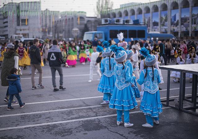 Днети во время подготовки к празднованию Нооруза на площади Ала-Тоо в Бишкеке