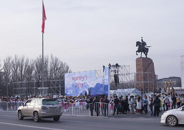 Вывеска стенда во время подготовки к празднованию Нооруза на площади Ала-Тоо в Бишкеке