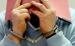Подозреваемый в наручниках. Архивное фото