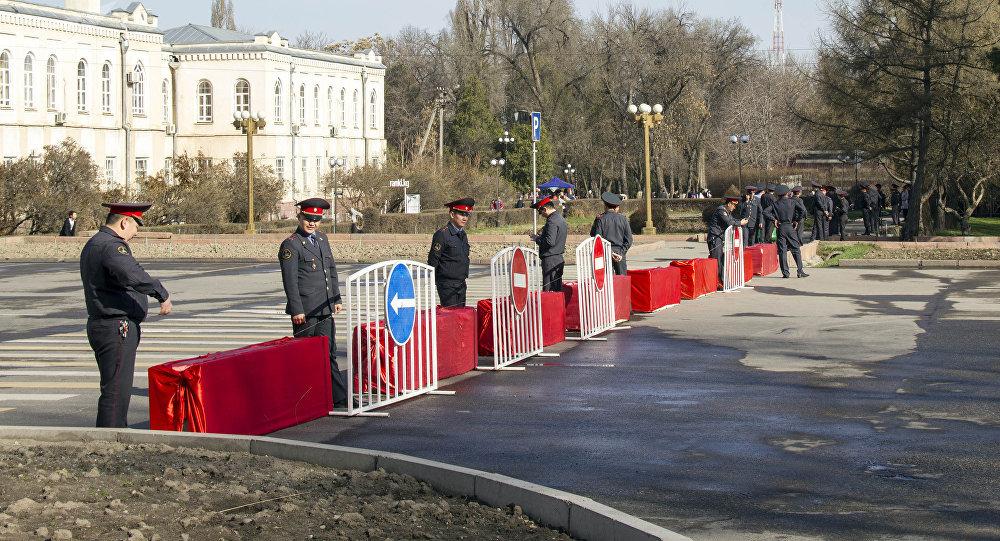 Сотрудники МВД обеспечивают безопасность на площади Ала-Тоо. Архивное фото