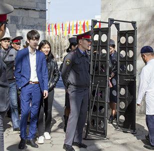 Сотрудники МВД у детектора металлоискателя на площади Ала-Тоо