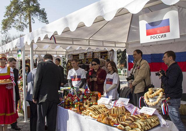 Министерство иностранных дел и мэрия Бишкека организовало ежегодную благотворительную дипломатическую ярмарку Нооруз 2018 с участием дипломатического корпуса, аккредитованного в Кыргызстане.