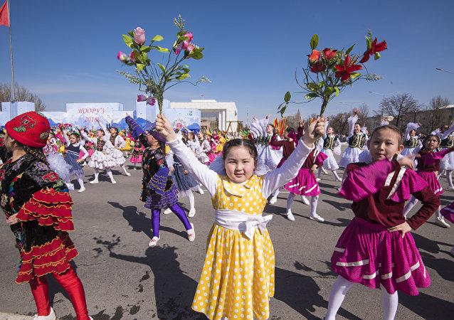 Дети на праздничном концерте в честь Нооруза на площади Ала-Тоо в Бишкеке