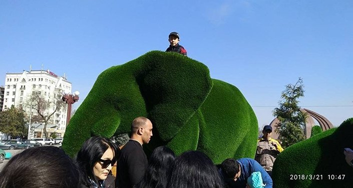 Установка топиарий на площади Победы в Бишкеке