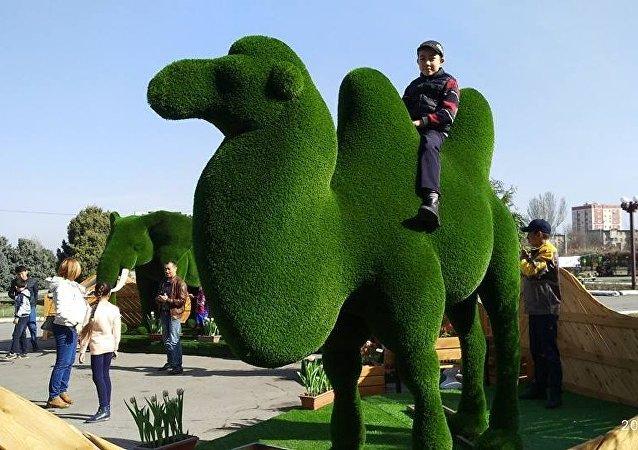 На площади Победы в Бишкеке появились оригинальные скульптуры — топиарии