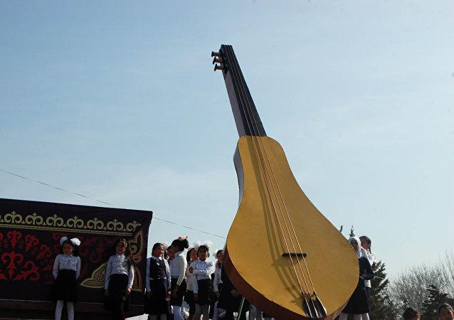 Выступление на праздничном концерт в честь Нооруза на площади в Оше
