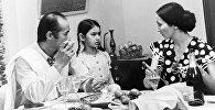 Чокморов менен Ажыбекованын кызы Анара. Кызыл алманын таберик сүрөтү