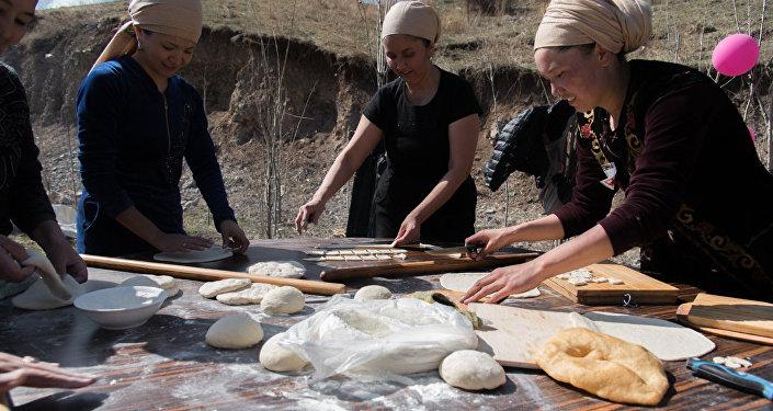 Нооруз майрамына арналган боорсок фестивалында уюштуруучулар алгач 700 килограмм боорсок бышырууну көздөп жатышкан